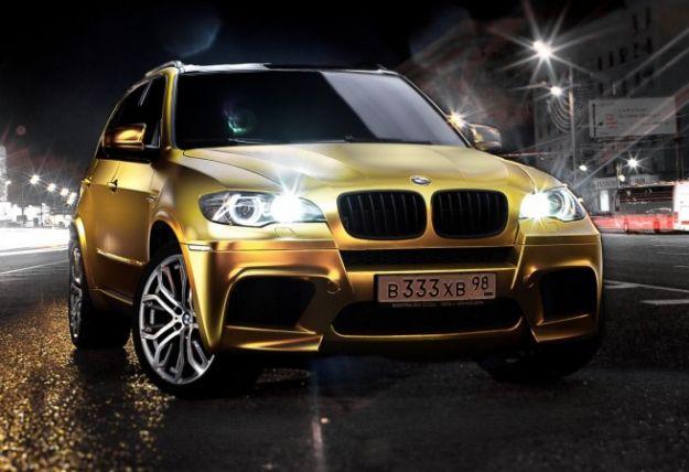 La BMW X5M si veste d'oro per le strade di Mosca