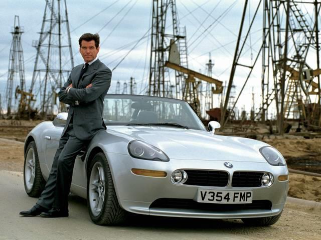 James Bond in posa accanto a BMW Z8