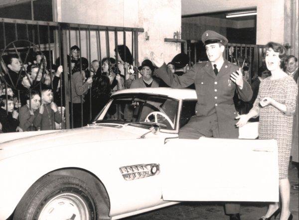 Elvis Presley accanto alla sua Bmw 507