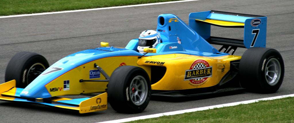 Surtees alla guida della sua vettura sul circuito di Brands Hatch prima dell'incidente mortale
