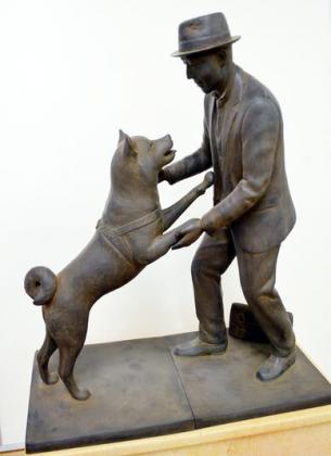 La scultura di Hachikō felice con il padrone