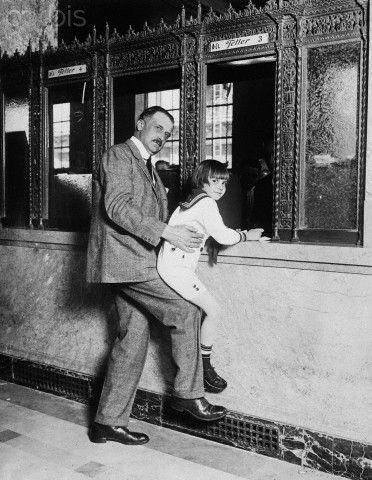 Amedeo Giannini con il figlio presso la propria banca