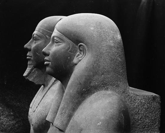 La statua di Micerino in compagnia della moglie Khamerer-Nebti visto di profilo